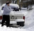 Justin Rowe digs out his truck Wednesday on Columbia Avenue. Rowe said his work was canceled for the day. (Photo by Ellie Bogue of The News-Sentinel)
